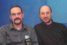 Con Xavier Cazeneuve, codirector, amigo y compañero de fatigas radiofónicas antes en Radio Estel, y en la foto en el programa El Setè Sentit, de Catalunya Música (2004)