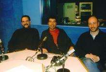 Con Xavier Cazeneuve y el compositor Francesc Gener en el estudio donde se grababa El Setè Sentit, en Catalunya Música (2005)
