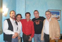 Con los compositores Luis De Arquer y Xavi Capellas, y dos compañeros de la ACDMC, Germán Barón y Joan Bosch, en la cena-homenaje a X.Capellas (2005)