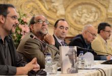 """Con Reyes Abades y, al fondo, el director Mario Camus y Alejandro Pachón durante la presentación del libro """"Reyes Abades. Rompiendo moldes"""" (2012)"""