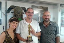 Con Montse Ribé, David Martí y el Oscar que obtuvieron por El laberinto del fauno, en la sede de DDT (Barcelona, 2014)